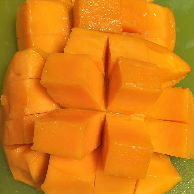 You guys! I JUST learned how to cut a mango like this! I was always trying to cut them open like avocados until I watched a video from @mangoboard 😬 #feelingfancy #betterlatethannever #IChooseBeauty Day 1263