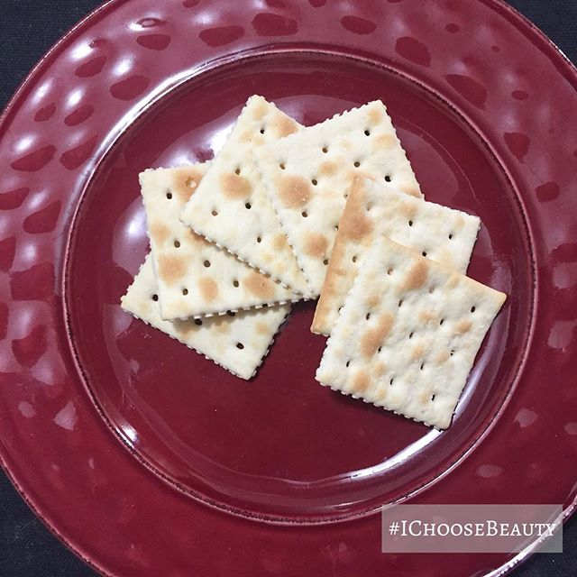When all you can keep down are saltines, you might as well serve them up on a pretty plate. #stomachbugbegone 🤮🤢#IChooseBeauty Day 1601