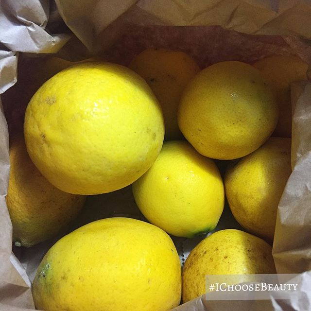 When someone gives you a bag of fresh lemons... #insertlifejoke #whatshouldimake #ichoosebeauty Day 1939