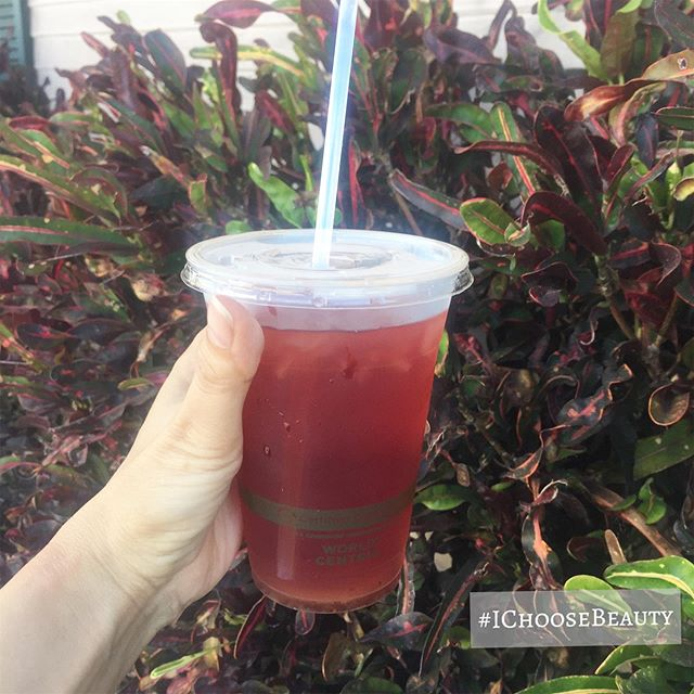 Not only is this iced rooibos tea delicious, it comes in a compostable cup with a compostable straw.  Thanks @sipmemaui, you're the best! #plasticfreejuly #ichoosebeauty Day 2053