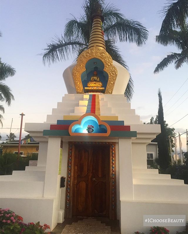 I always stop this sweet little temple when I'm in Paia. It has the most peaceful vibes. #ichoosebeauty Day 2181